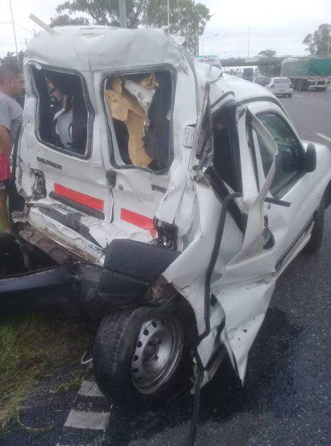 Así quedó el utilitario que fue embestido desde atrás por el camión. (Foto: vía Facebook Adrii RC)