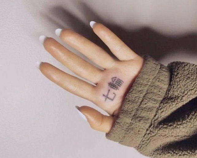 Ariana Grande se tatuó y cometió un grave error
