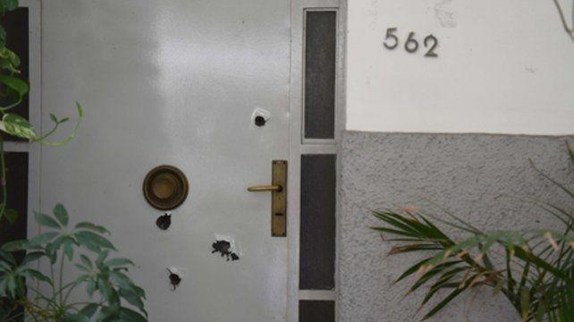 perforada. La puerta de chapa de la casa de calle Rioja quedó perforada por las balas de alto calibre.