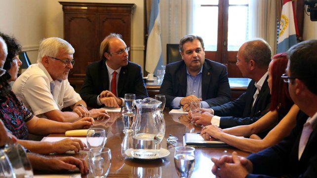 Los ministros Saglione y Farías y los gremialistas vuelven a discutir sueldos.