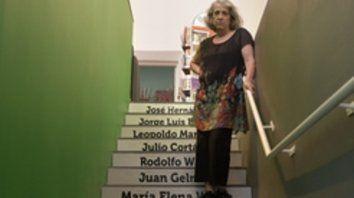 Cada escalón, un escritor. Silvina en su nueva librería, con los nombres que ama.