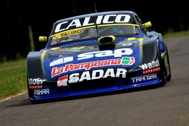 A fondo. Pedrito lleva el 100 en la Dodge de Ramiro Galarza