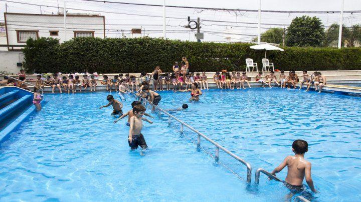 Diversión. Los más chicos se entretienen en el imponente natatorio.