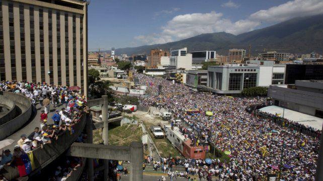 Puja por el poder. Miles de venezolanos marcharon en respaldo al presidente interino Juan Guaidó.