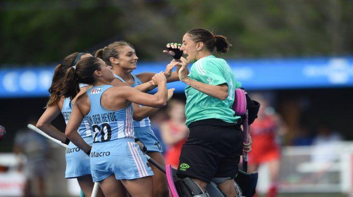 El equipo argentino corre a celebrar la victoria con la arquera Belén Succi
