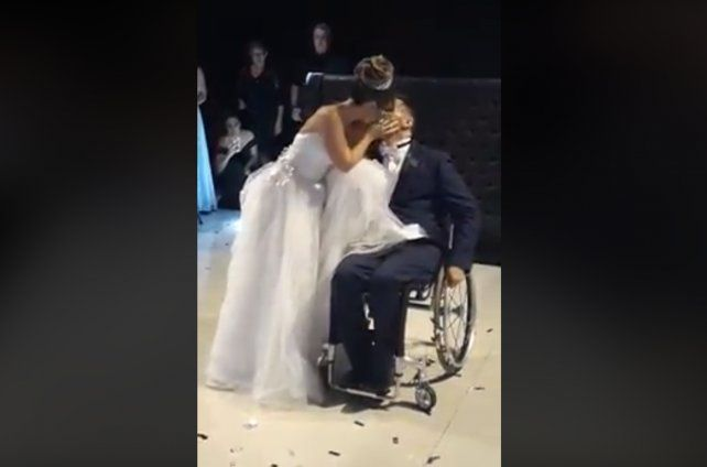 Un hombre en silla de ruedas sorprende a su esposa para su primer baile de casados