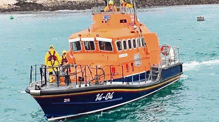 triste final. Un bote de búsqueda localizó ayer a la tarde el  fuselaje del avión en el fondo del canal de la Mancha. Ahora intentarán  remolcarlo.