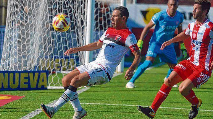 La domina. Maxi Rodríguez busca proteger la pelota ante la marca de Zurbriggen.