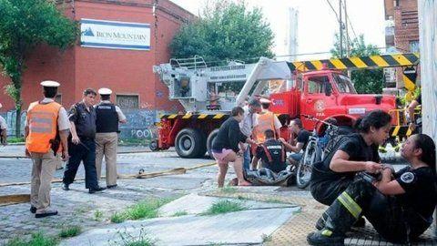 Espeluznante. Una pared de diez metros de alto mató a ocho bomberos y dos agentes de Defensa Civil.