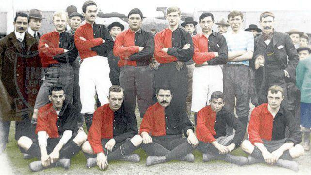 Newells en 1905. Equipo que se quedó con el primer clásico en la Copa Pinasco.