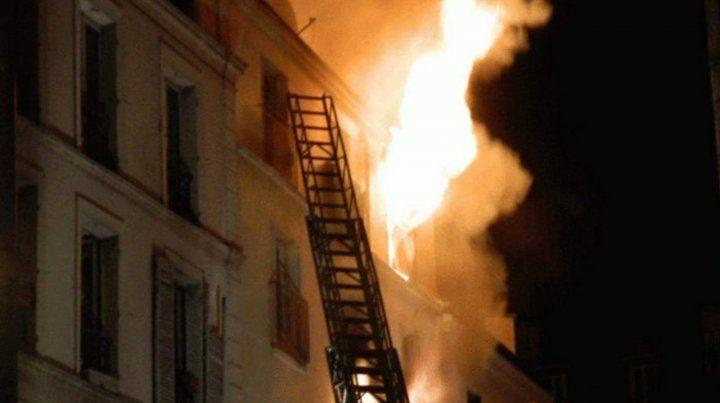 Los bomberos rescataron a personas en la terraza o que salieron por las ventanas para huir del fuego.