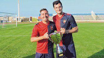 Campeones rossoblu. Ema (izq.) y Nico, con la copa del Civitanovese.