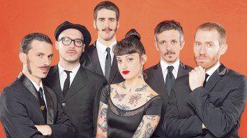 Sexteto sonoro. La Familia de Ukeleles, con Mel Muñiz en el centro, vuelve a Rosario antes de su nuevo disco.