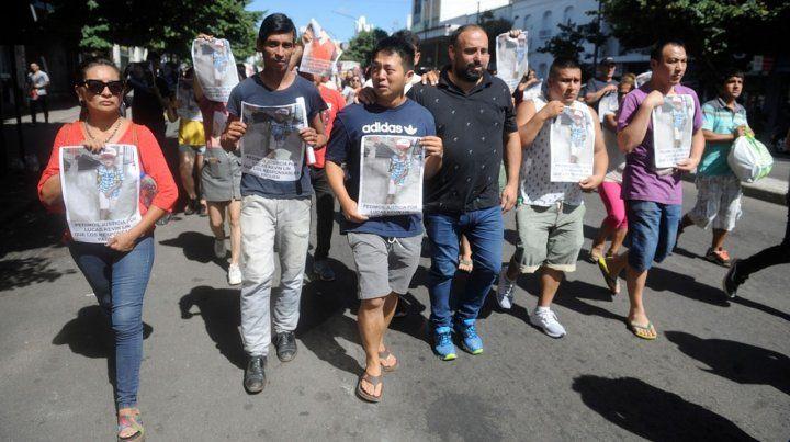 Familiares de Lucas Kevin Lin marcharon ayer hasta las puertas del  establecimiento para reclamar justicia y denunciaron que hubo  negligencia por parte de los responsables.