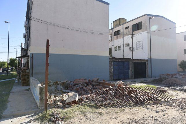 Incidentes en un operativo para demoler cocheras irregulares en barrio Matheu
