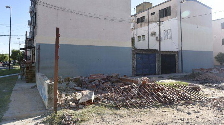 Incidentes en un operativo para demoler cocheras irregulares en barrio Matheu