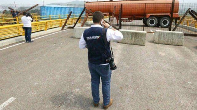 Freno. Un cisterna impide el cruce del puente Las Tienditas