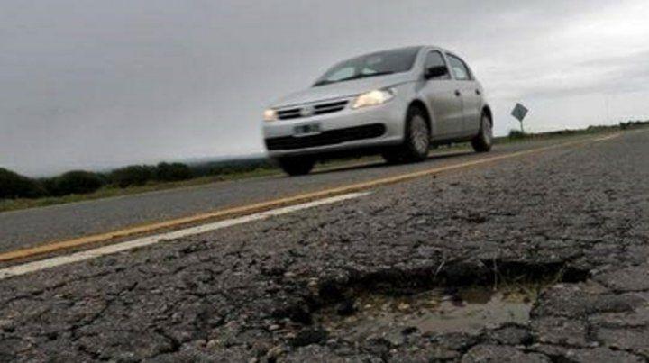Deterioro. La autopista tiene numerosos baches y variados problemas constructivos.