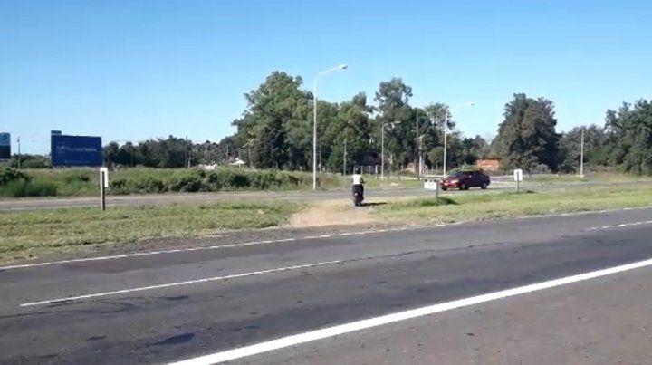 Un improvisado y peligroso cruce en la autopista Rosario-Santa Fe