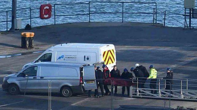 Trasladaron el cuerpo rescatado del avión de Emiliano Sala y los forenses comienzan con la identificación.