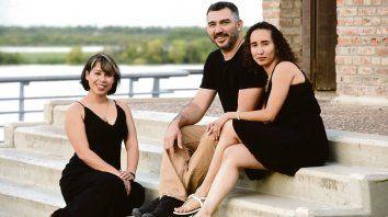 Junto al río. Francys Hernández, a la izquierda. Héctor Prado, su pareja, sentado al lado de Ysvalle Montaño. Tienen una ciudad hermosa, ¿se dan cuenta, no?, dicen.