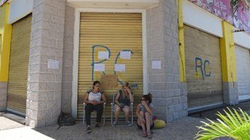 Vigilia. Un grupo de empleados se apostó frente al local y denunció falta de pago de salarios.