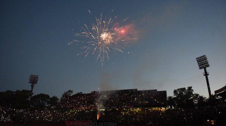 Los fuegos artificiales le pusieron color al banderazo rojinegro
