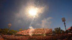 Los fuegos artificiales le pusieron color al banderazo rojinegro, previo al clásico del domingo.