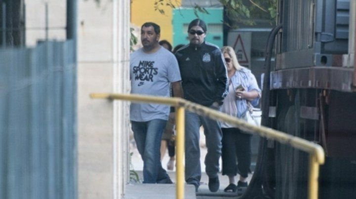 Tribunales de Retiro. Martín Báez (con lentes de sol) llegó temprano procedente de Santa Cruz.