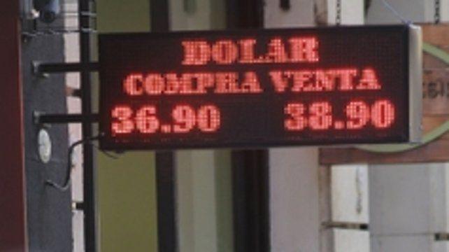 En alza. El nerviosismo internacional también empujó a la divisa.