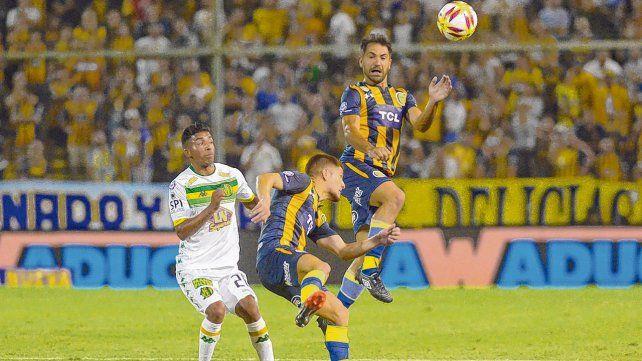 Otra vez juntos. Fabián Rinaudo salta a cabecear mientras el Colo Gil frena la arremetida del jugador de Aldosivi. Fue el único partido que compartieron el anillo central.