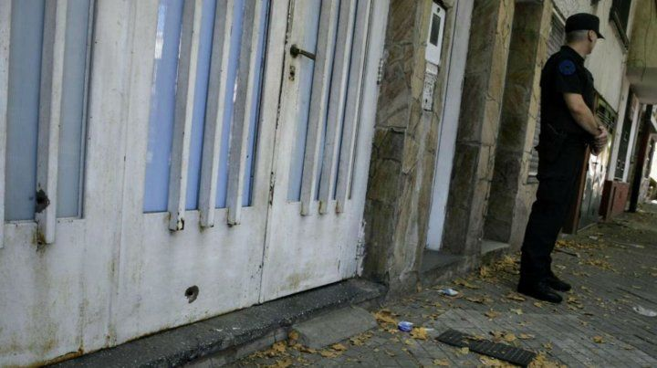 Los impactos sobre el portón de la casa.