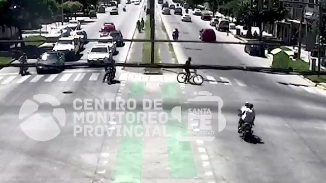 El impactante video de un choque entre una moto y una bicicleta