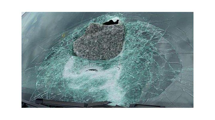 El tremendo adoquín quedó incrustado en el parabrisas del auto. (Foto: @Daniamoroso)