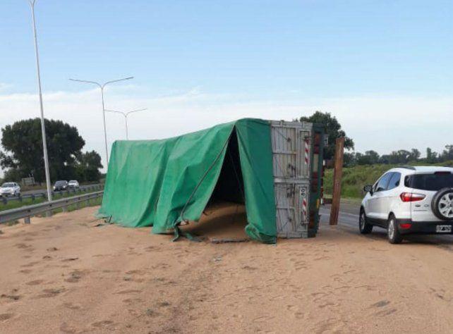 El camión volcó toda la carga sobre un costado de la autopista.