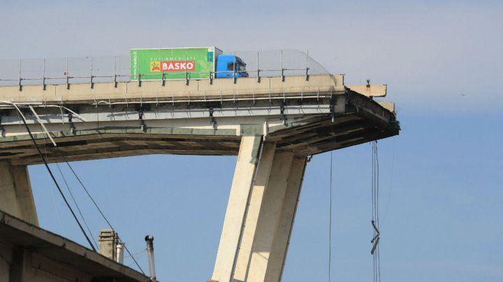 Desastre. Uno de los extremos mochados del puente Morandi.