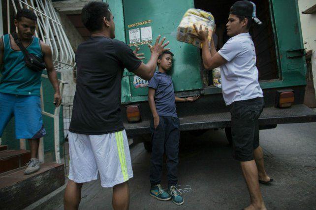 Insuficiente. Entrega de alimentos subsidiados por el gobierno de Maduro en los suburbios de Caracas.
