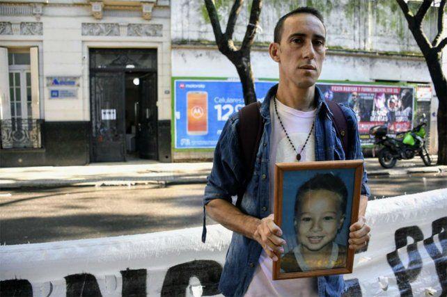 En fiscalía. Gastón Gallardo en una de sus marchas hacia la sede donde se investiga la muerte de su hijo.