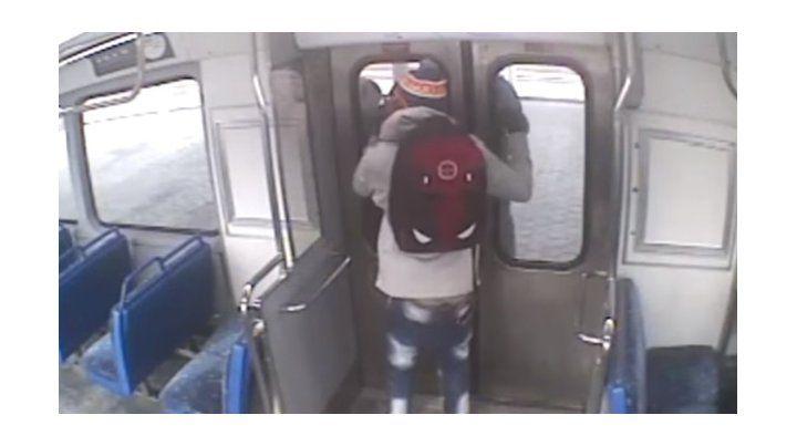 Salió a fumar un cigarrillo en el andén, pero dejó a su bebé en en vagón y el tren arrancó