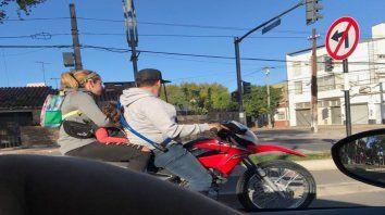 Situación extrema. Tres chicos y dos adultos en un ciclomotor frente al Hospital de Niños Zona Norte.