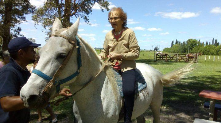 A caballo. Desde chiquita Elvira cabalgaba. Volvió a hacerlo en el predio mercantil con sus pares y amigos.