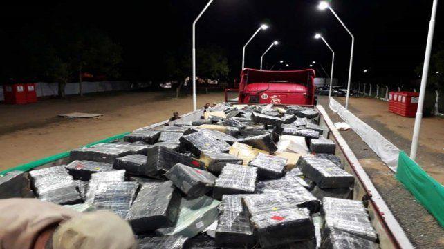 La droga es ingresada en un camión a la pista del corsódromo donde se desparramaron los envoltorios.
