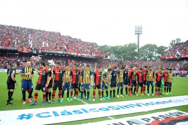 El último clásico en el Coloso. Los jugadores de Newells y de Central se saludan antes del inicio del partido. Fue triunfo por 3 a 1 para los canallas con goles de Carrizo