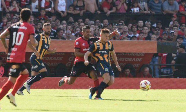 El Negro Figueroa toma de la camiseta al Colo Gil