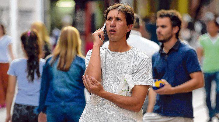 Comunicados en exceso. Entre los varones el uso compulsivo del celular es algo superior que entre las mujeres.