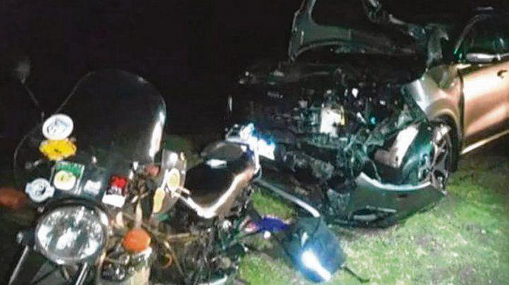 Tremendo impacto. La moto quedó estrellada contra la camioneta.