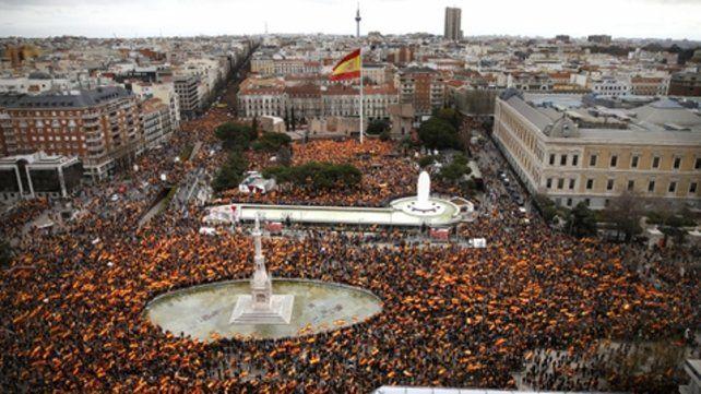 Multitud. La plaza Colón desbordó de españoles con banderas nacionales.