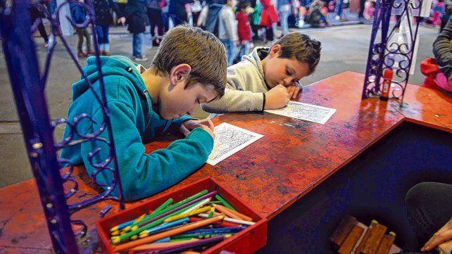 Un clásico. Dos chicos dibujan en el marco de las múltiples actividades que se desarrollan en La Isla de los Inventos