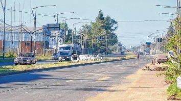 Area en conflicto. Sobre Ovidio Lagos, motochorros abren las boquillas de los camiones cerealeros y luego otro grupo se lleva la carga en carros.