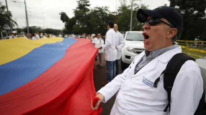 La oposición venezolana recluta voluntarios para repartir ayuda humanitaria